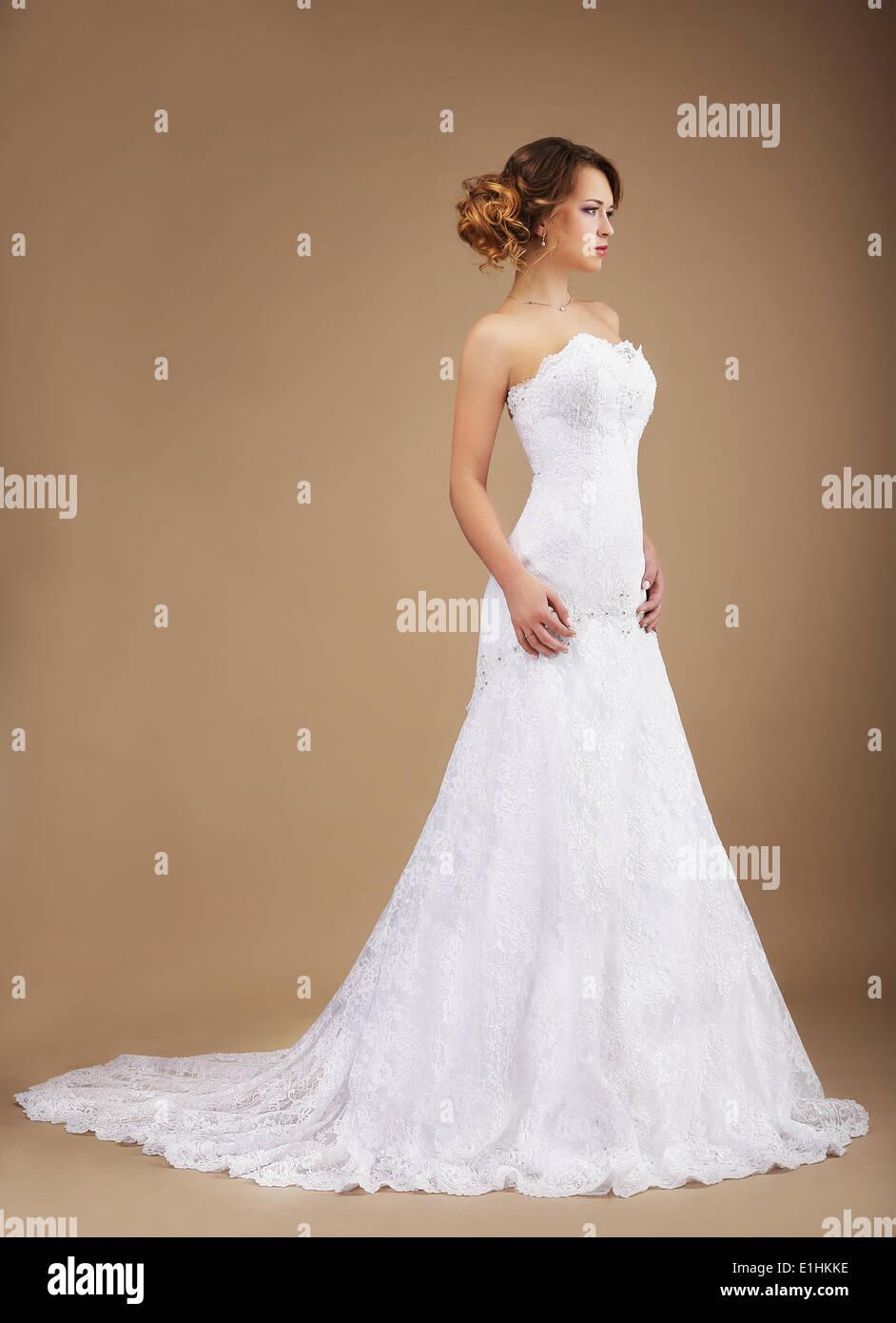 Eleganza. Grazioso giovane sposa in abiti lunghi Immagini Stock