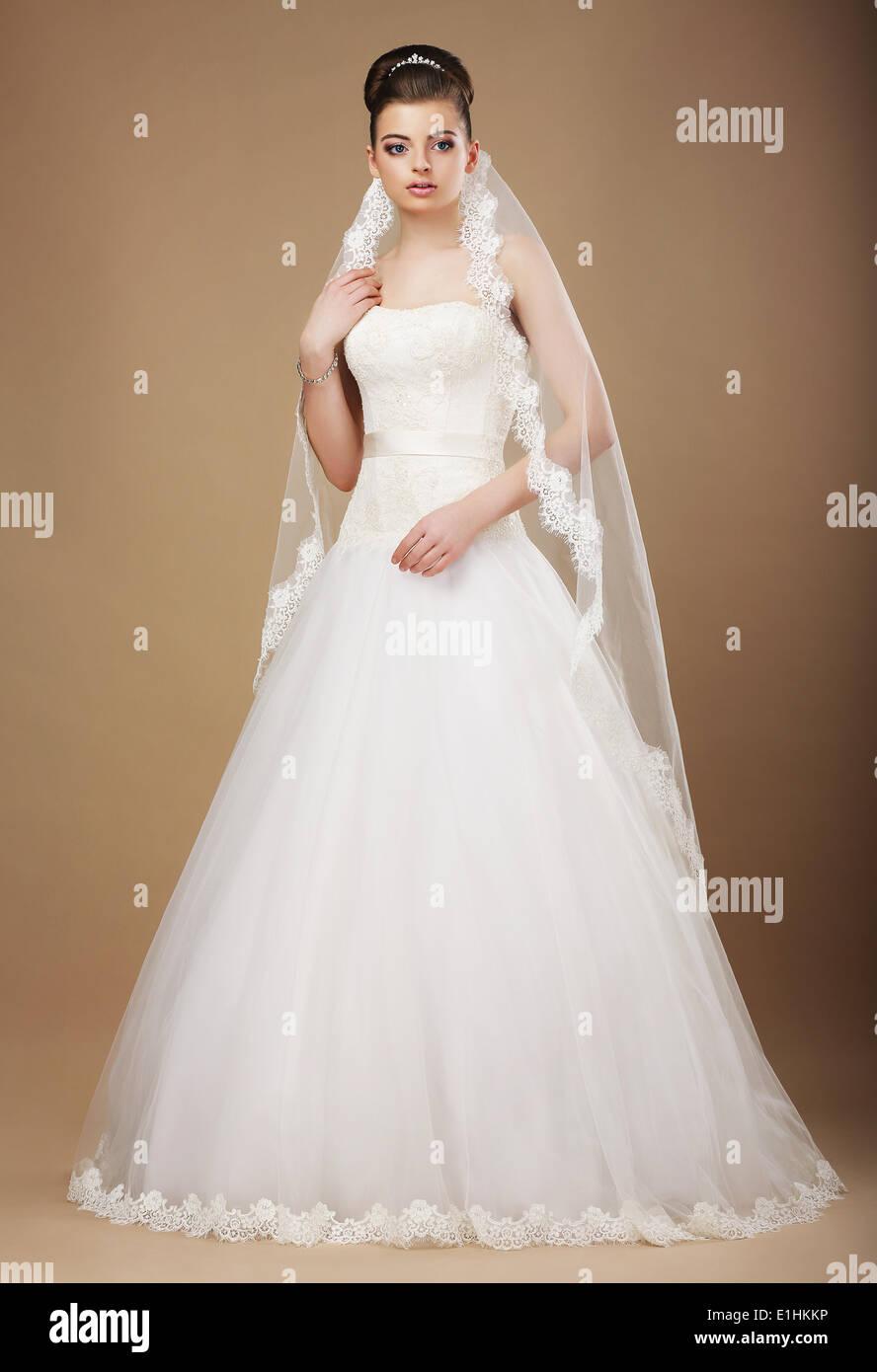 Nozze. Bella grazioso sposa in bianco abiti lunghi e Viel Immagini Stock