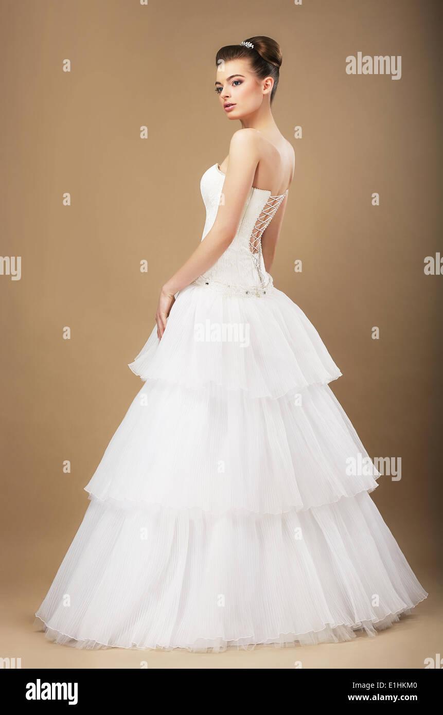 A piena lunghezza Ritratto di grazioso 'Rimanete in bianco abito da sposa Immagini Stock