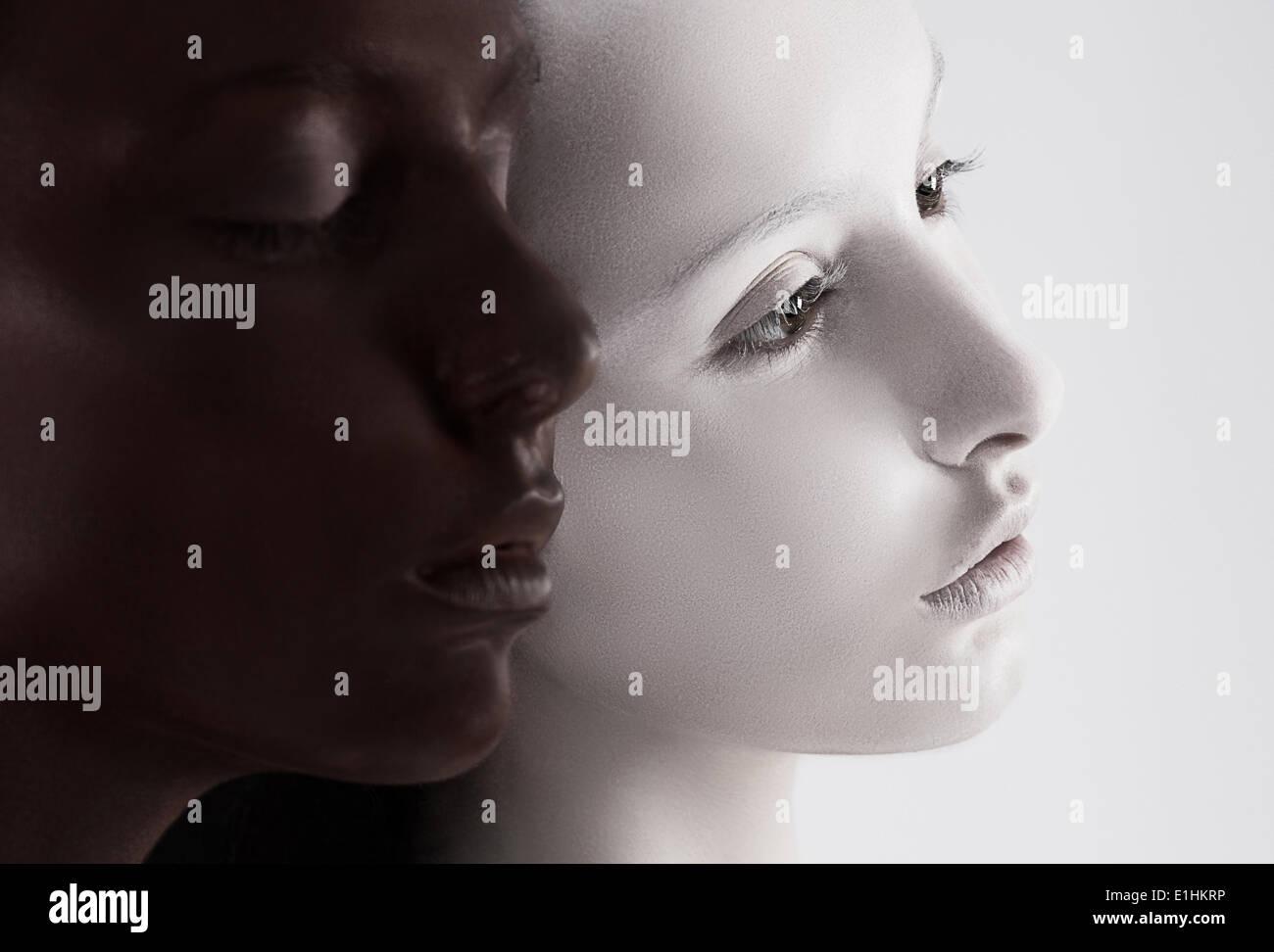 La diversità culturale. Due facce di colore nero e bianco. Yin Yang Style Immagini Stock