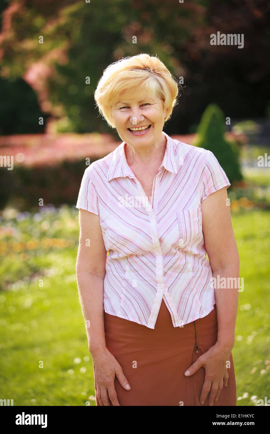 Eleganza. Euforia. Felice Senior donna fuori con sorriso toothy Immagini Stock