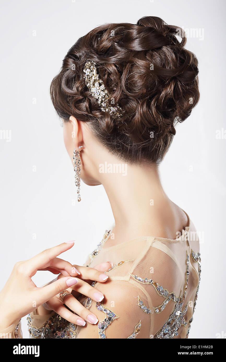 Raffinatezza e sofisticatezza. Donna elegante con Coiffure di festa Immagini Stock