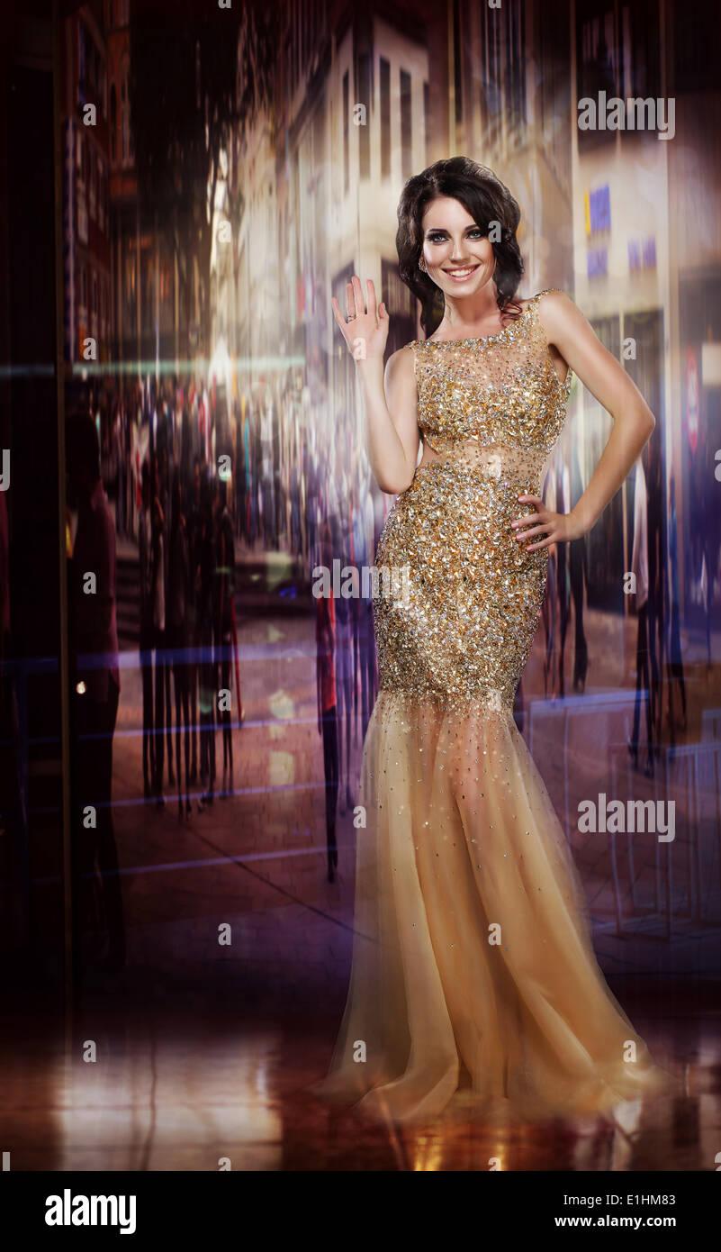 Eleganza. Glamorous gloriosa Signora in abito giallo. Partito formale Immagini Stock
