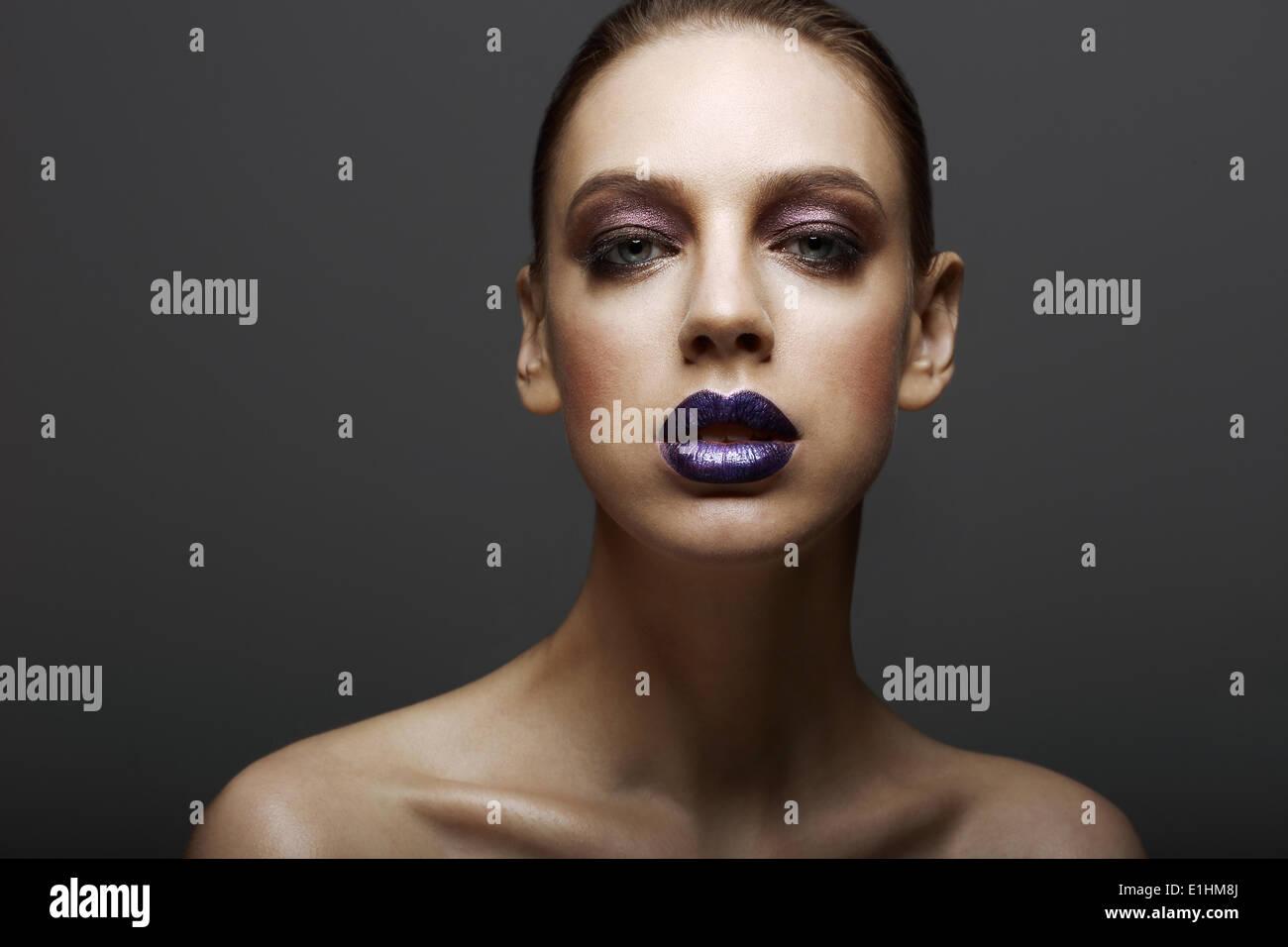 Glam. Elegante donna ambiziosa con finitura lucida Bright trucco. Eleganza Immagini Stock