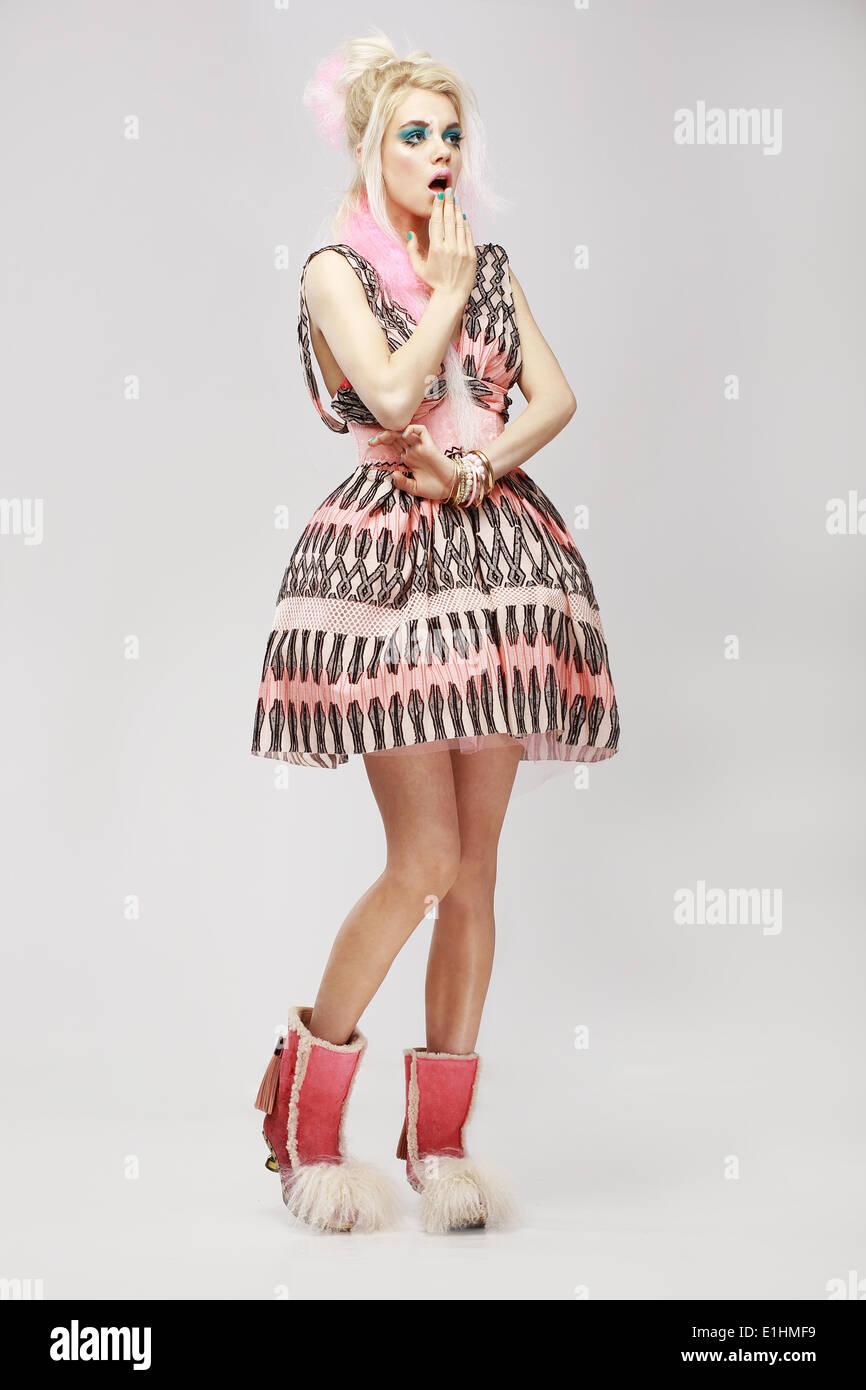 Lo stile di moda. Sorpreso eccentrico donna in abiti alla moda. Lo stupore Immagini Stock