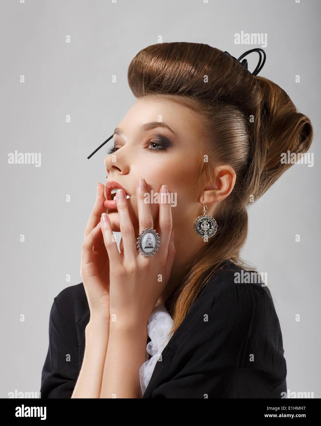 Ispirazione. Splendida donna caucasica con gioielli. Capelli Updo Immagini Stock
