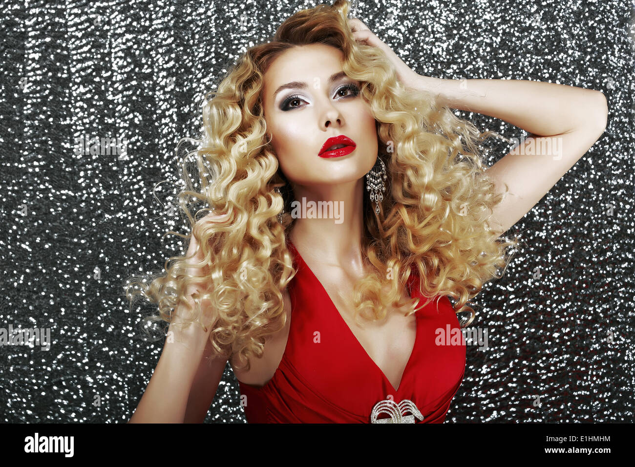 L'espressione. Glamour elegante signora in abito rosso nella fantasticheria. Il lusso Immagini Stock
