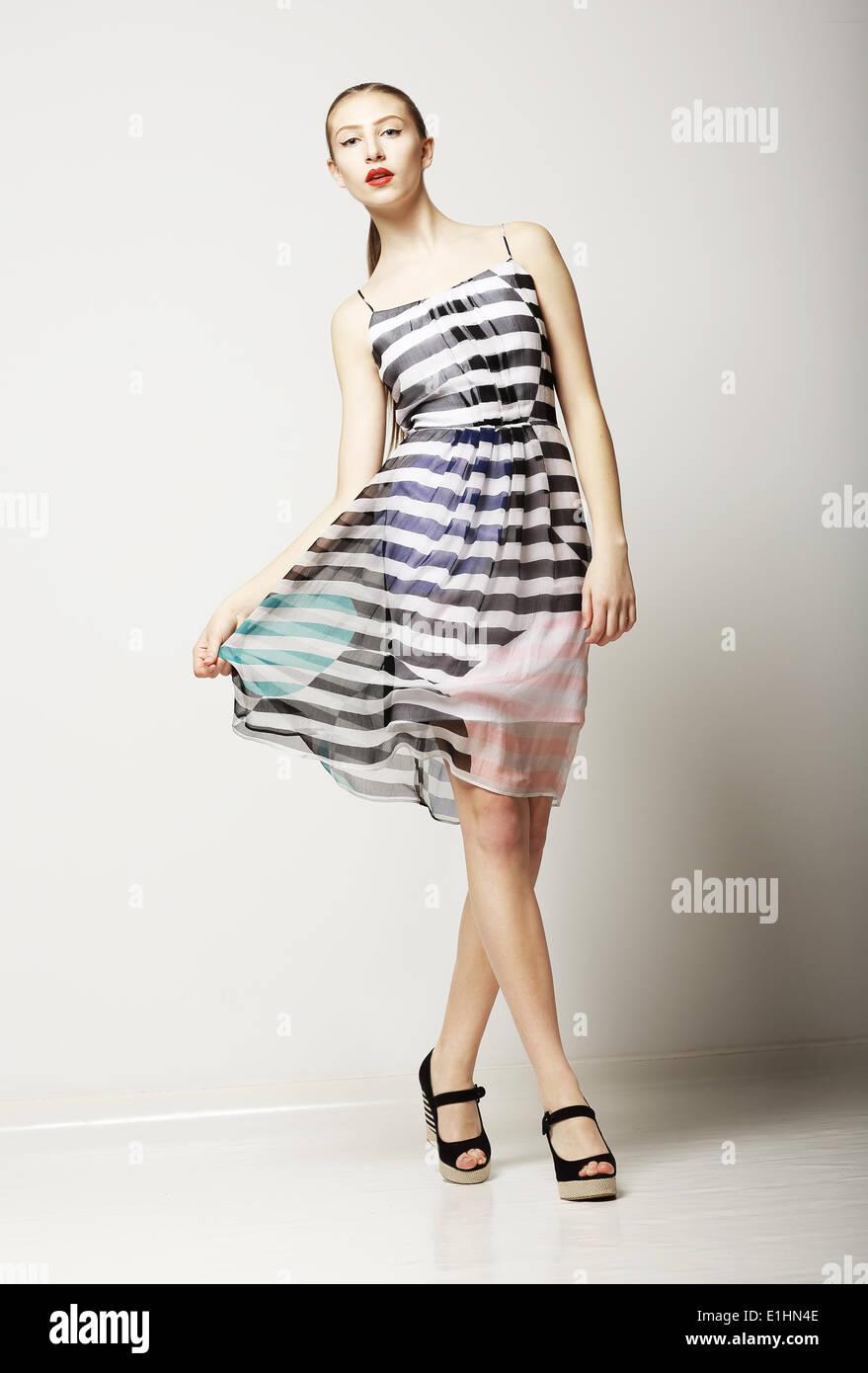 5931e618f859 Stile di vita. Attraente femmina Slim indossando Sleeveless Tabby abito.  Sensualità Immagini Stock