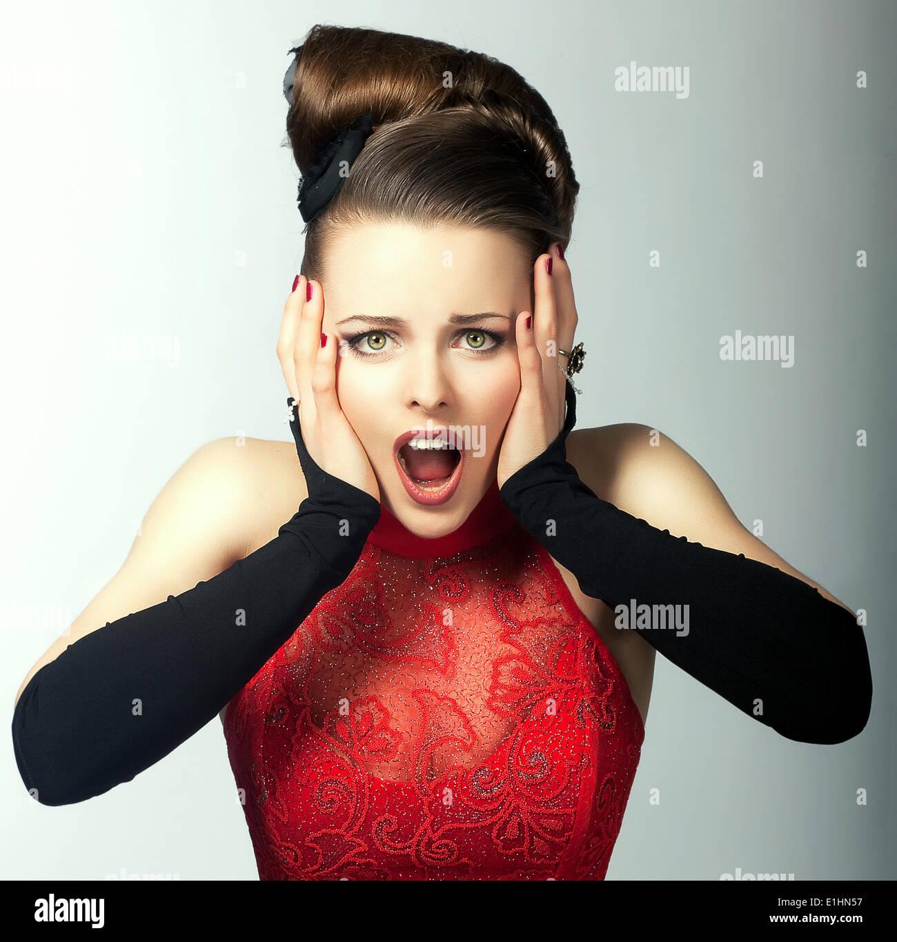 Emozioni espressiva. Premurosa volto di donna con la bocca aperta. Guardare Immagini Stock