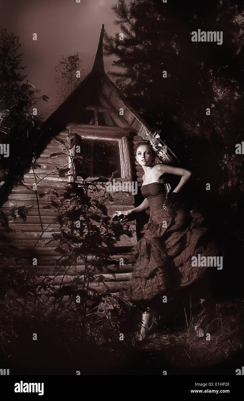 Notte scenic - bella fata camminando lungo la capanna in legno foto in bianco e nero Immagini Stock