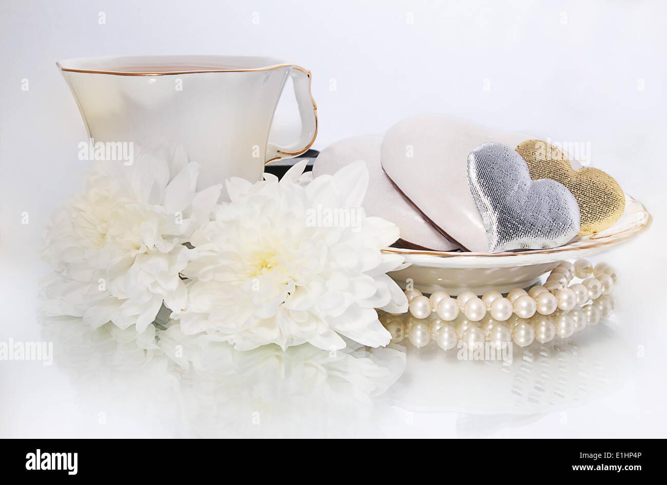 San Valentino - Perle, simboli di cuori e fiori bianchi su sfondo bianco - serie di foto Foto Stock