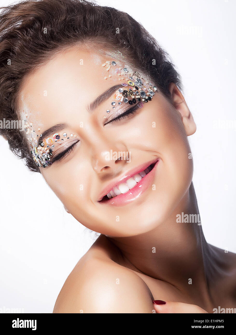 Euforico in giovane donna sorridente con gli occhi chiusi - piacere e beatitudine. Sensualità e affascinante Immagini Stock