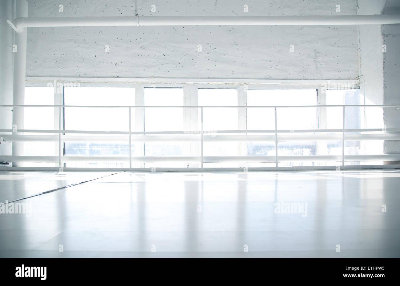 Industriali di background urbano con windows e con pavimento bianco - impianto o stabilimento Immagini Stock