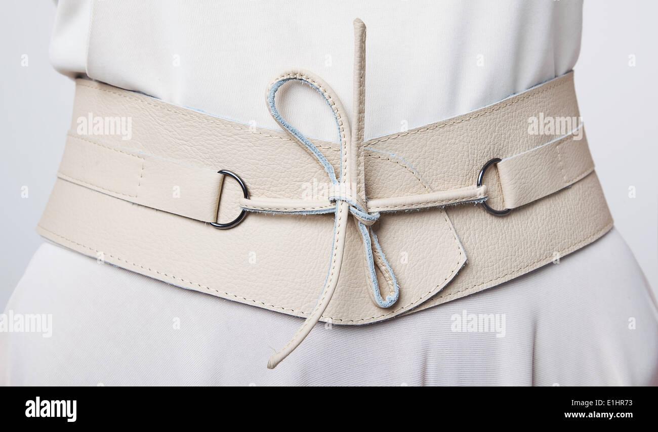 Moda. Donna in pelle beige cinghia larga con i lacci Immagini Stock
