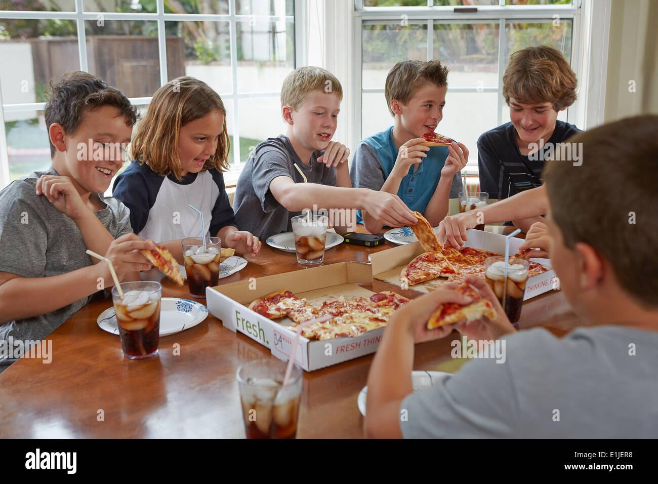 Un gruppo di ragazzi condividere pizza Immagini Stock