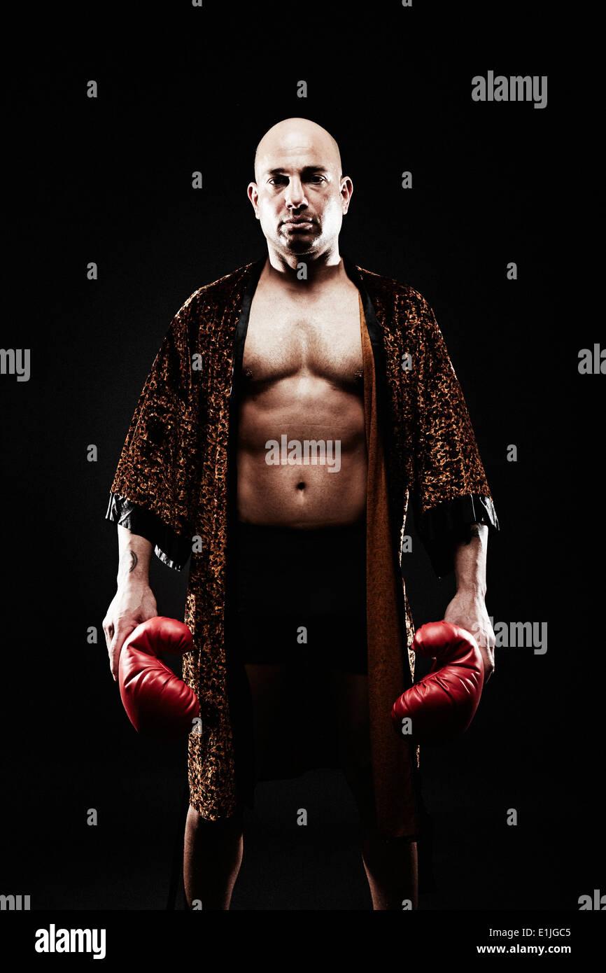 Boxer che indossa vestaglia Immagini Stock