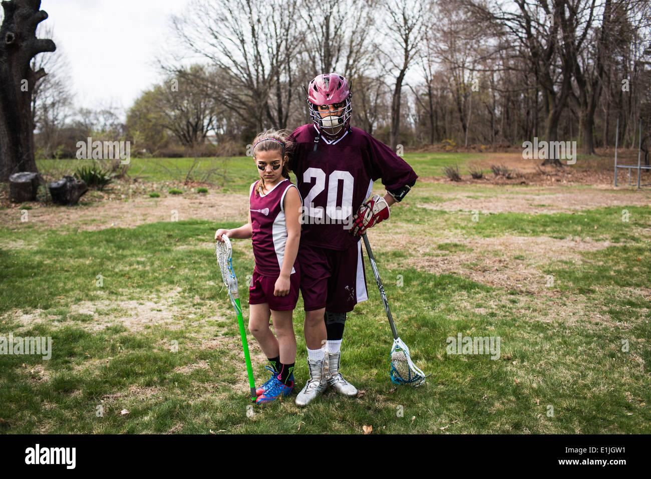 Fratello e Sorella indossando lacrosse uniformi Immagini Stock