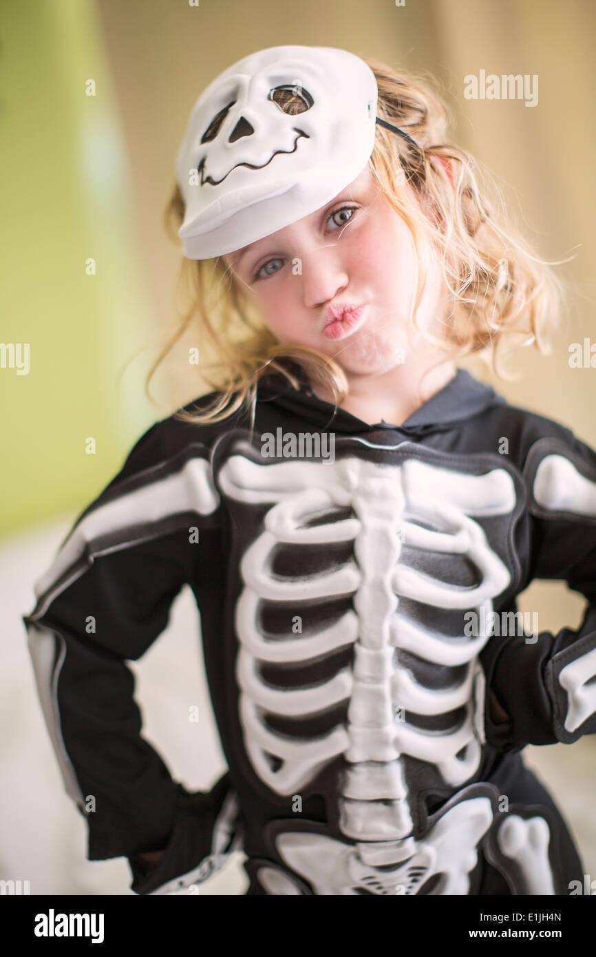 Ritratto di giovane ragazza in costume di scheletro con cranio mask Immagini Stock