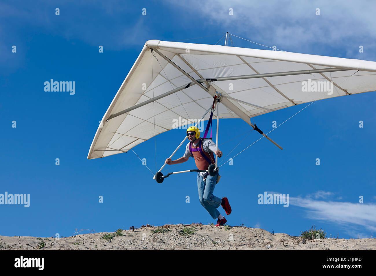 Deltaplano pilota prendendo il largo Foto Stock
