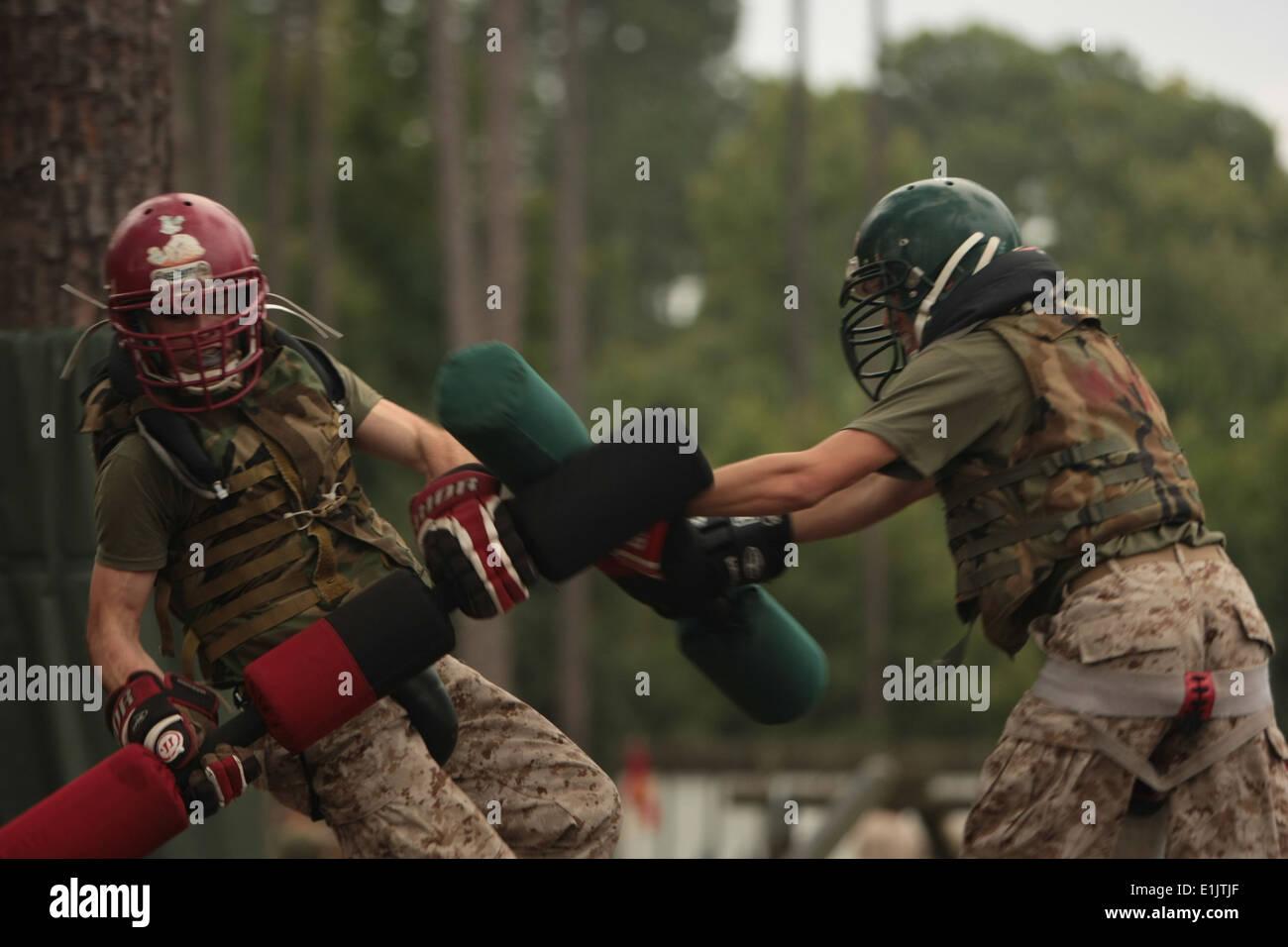 Stati Uniti Le reclute Marine con chilo Co., battaglia durante pugil stick formazione a Parris Island, S.C., Sett. 17, 2013. Reclute combattuto Immagini Stock