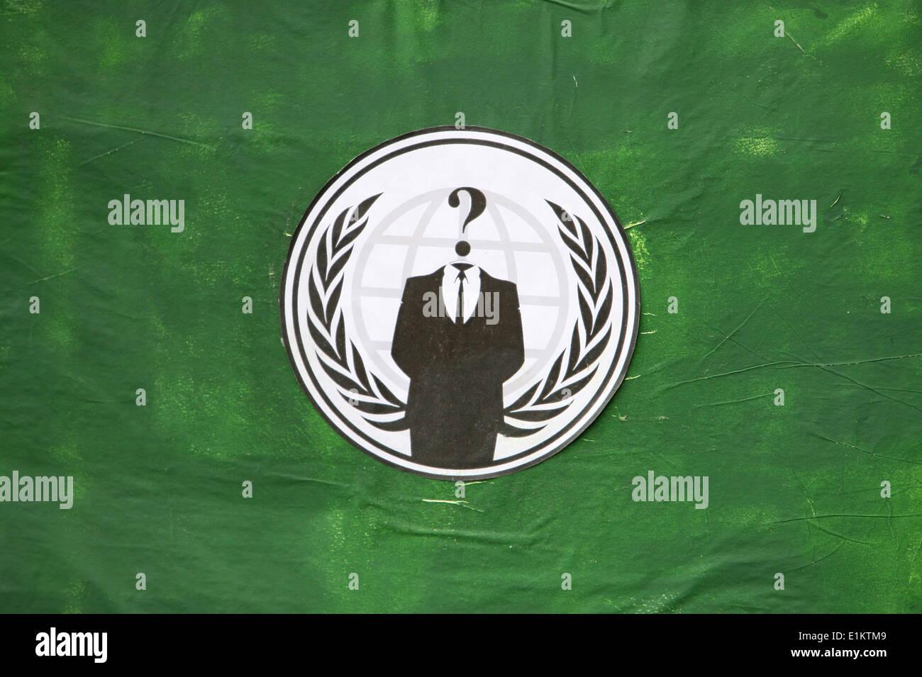 Un flag il convogliamento di simbolismo associato con l'anonimo. Le immagini del 'suit senza una testa' rappresenta leaderless organiz Immagini Stock