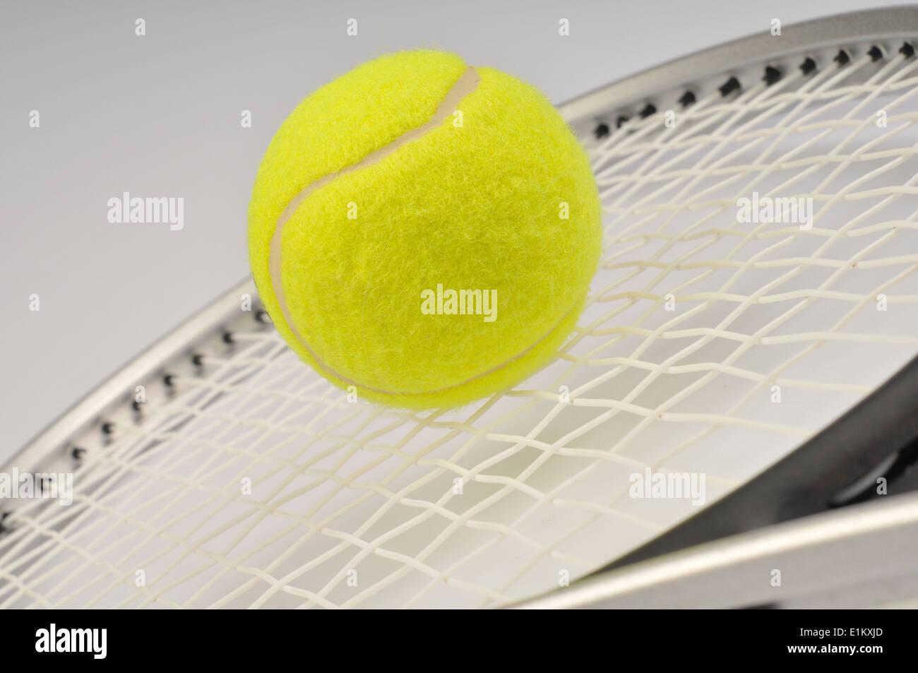 Racchetta e palla da tennis Immagini Stock