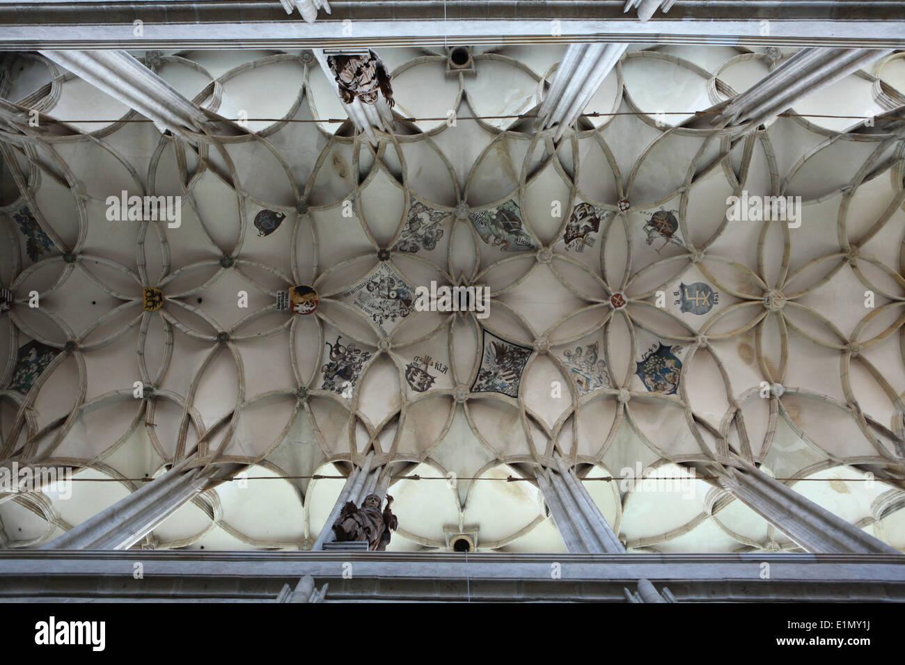 Nervata gotica volta decorata con stemma in Santa Barbara chiesa in Kutna Hora, Repubblica Ceca. Immagini Stock