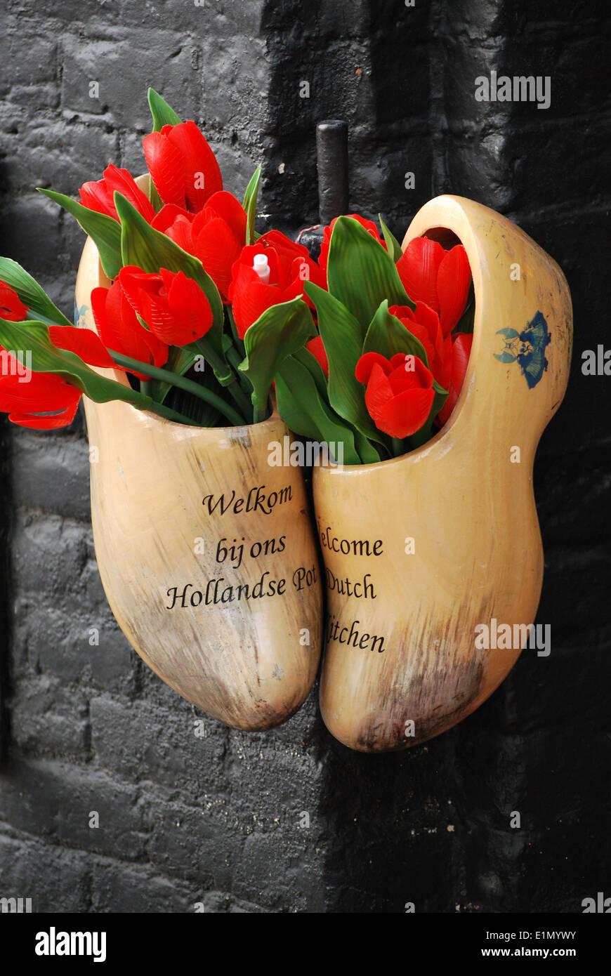 Amsterdam zoccoli di legno con i tulipani. Immagini Stock