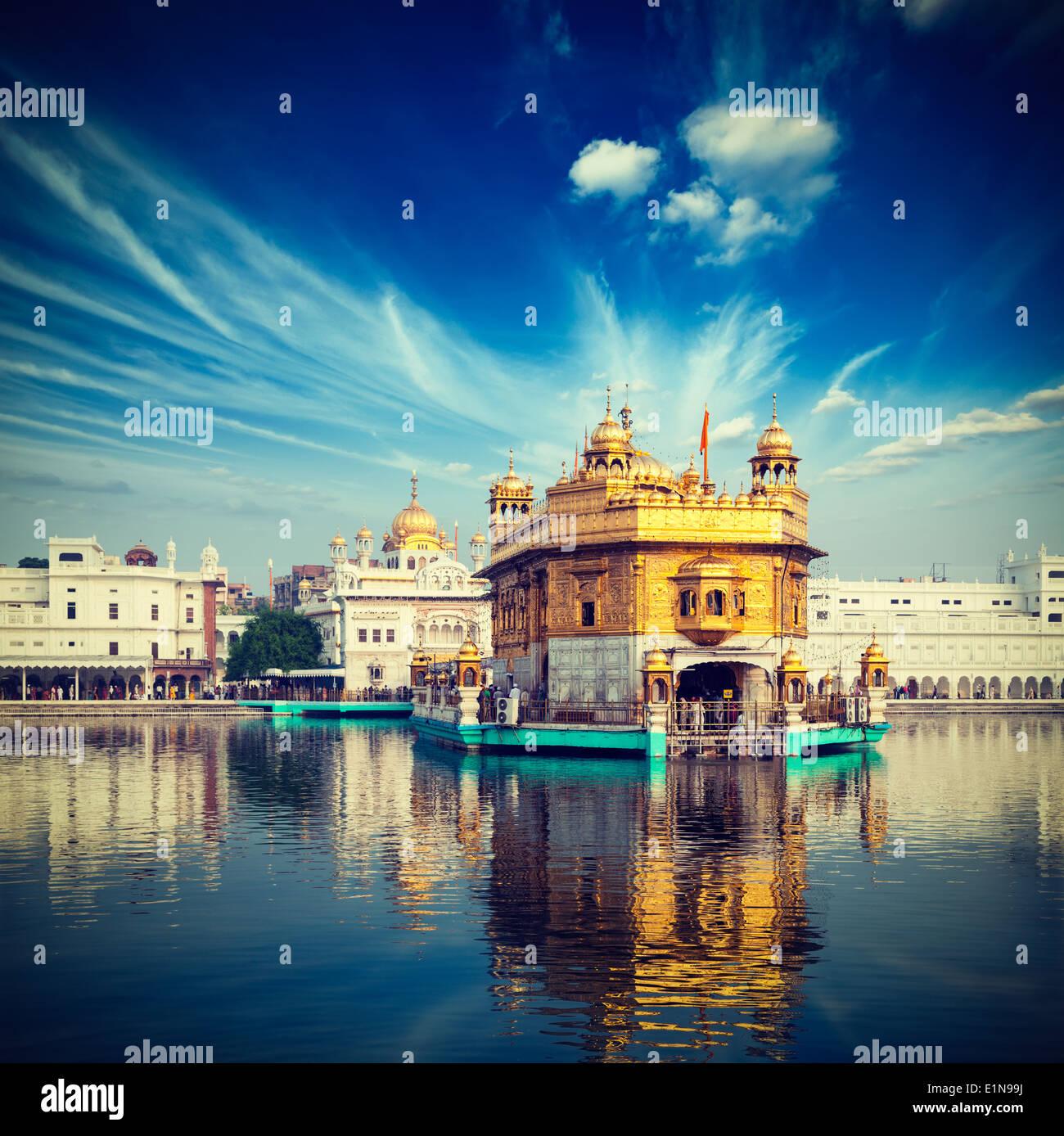 Vintage retrò hipster stile immagine di viaggio del famoso India attrazione Gurdwara Sikh Tempio d'Oro (Harmandir Sahib). Amritsar Immagini Stock