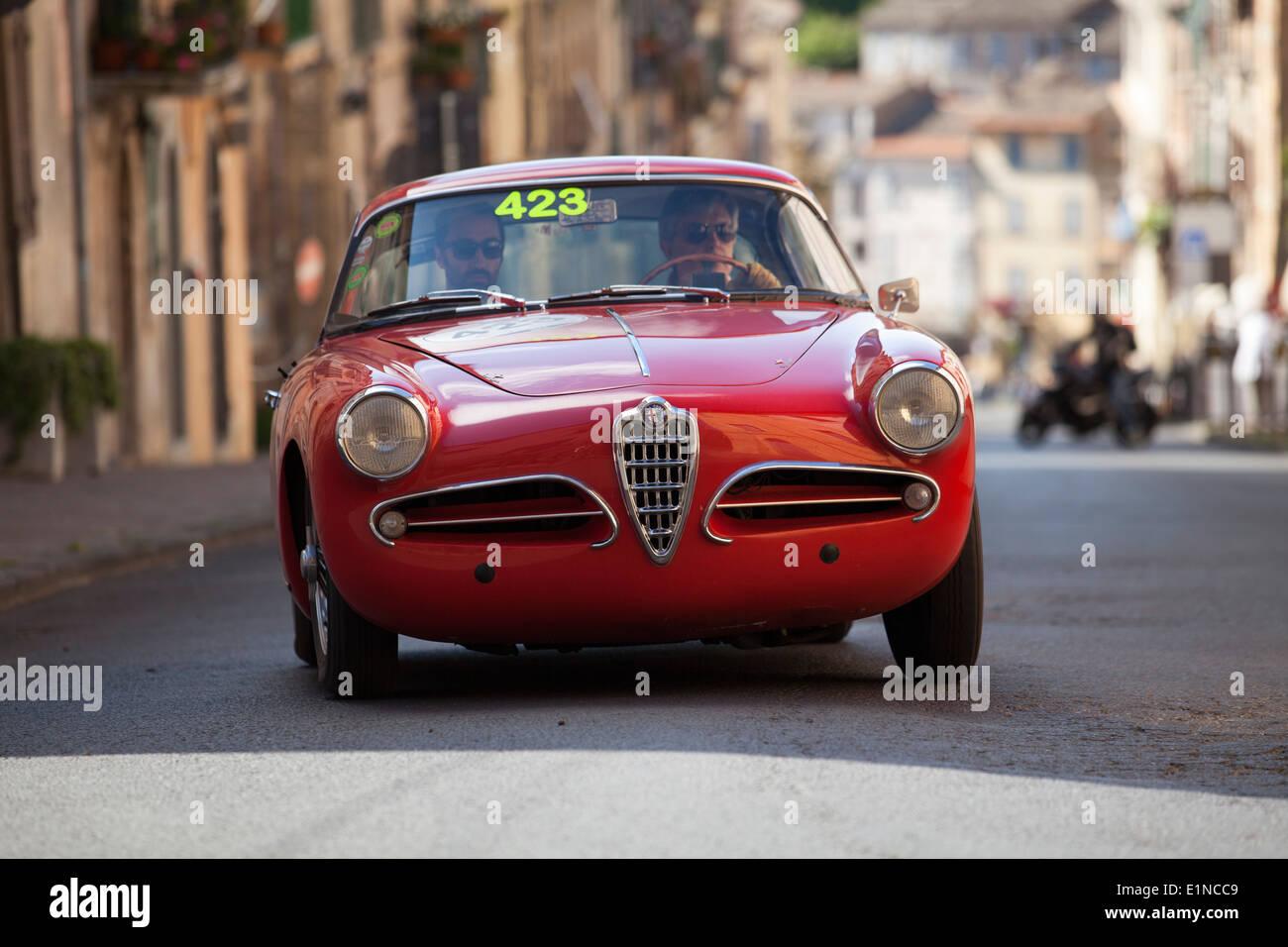 2014 mille miglia classic car rally in Italia. Un 1956 rossa Alfa Romeo 1900 Super Sprint Touring è azionato su una collina a Ronciglione. Immagini Stock