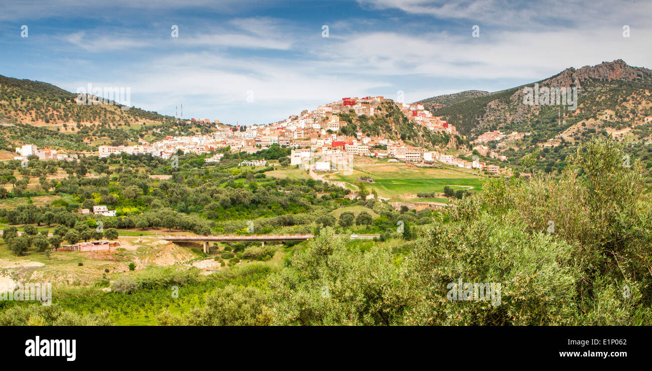Vista della pittoresca cittadina collinare di Moulay Idriss vicino a Volubilis in Marocco. Foto Stock