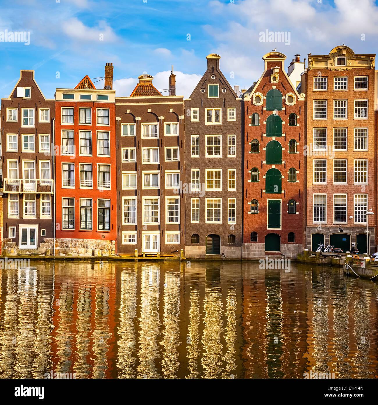 Gli edifici di vecchia costruzione in Amsterdam Immagini Stock