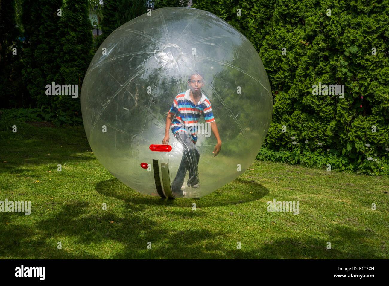 Ragazzo in una sfera di bolla. Immagini Stock