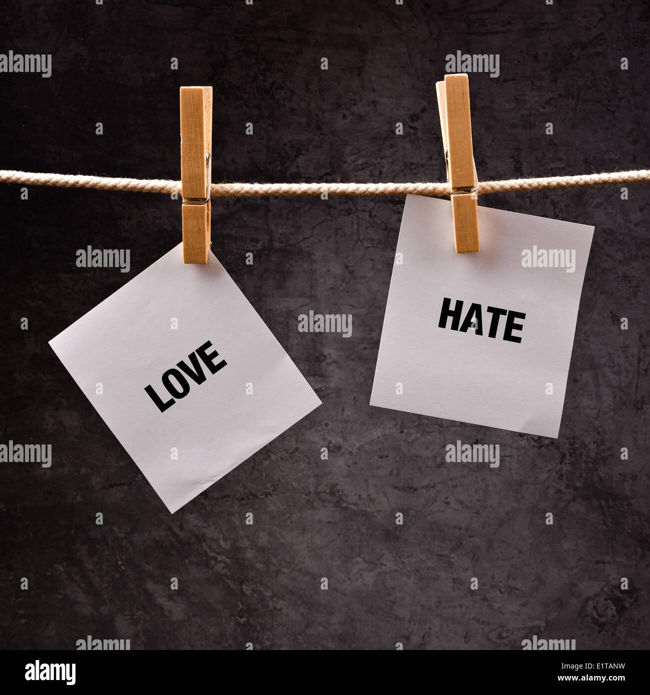 Amore o odio immagine concettuale. Scegliere tra amare e odiare, parole stampate su carta hote attaccato a stendibiancheria. Immagini Stock