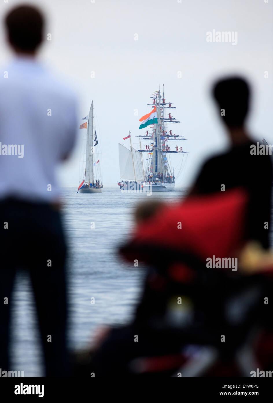 Le navi a vela in testa al mare come la gente guarda la sfilata di vela conclusione del 2007 Tall Ships festival Immagini Stock