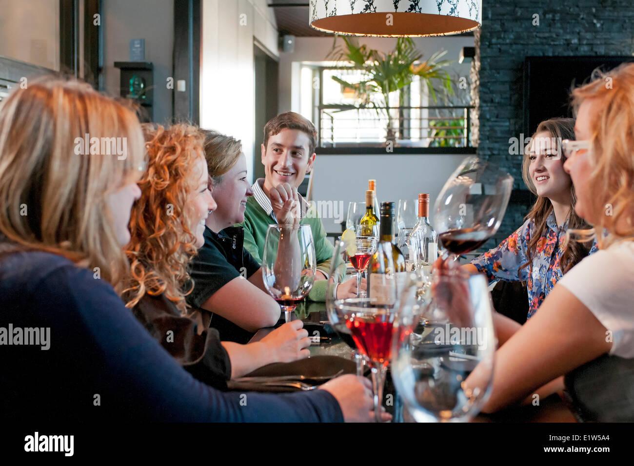 A cena presso il locale Lounge & Grille, Summerland, British Columbia, regione Okanagan, Canada Immagini Stock