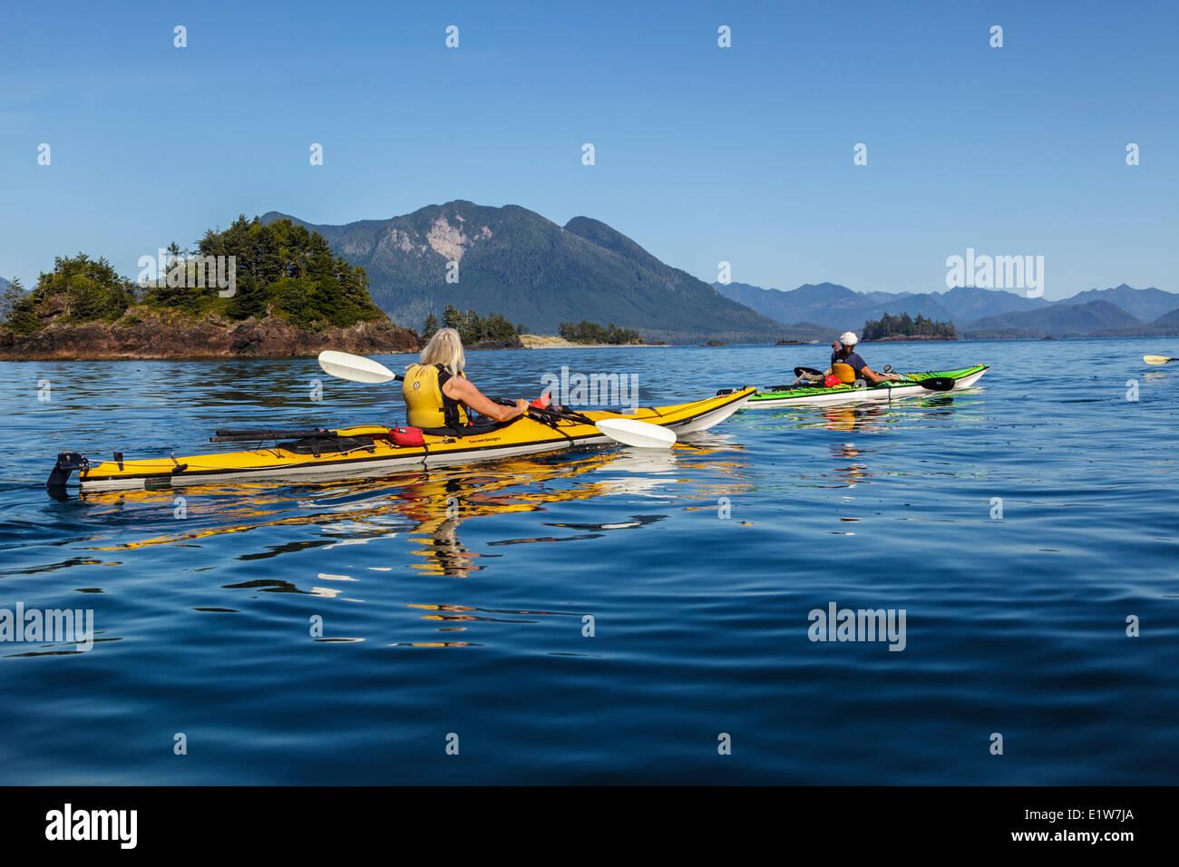 Due approccio kayakers Whalers isolotto di Clayoquot Sound al largo della costa occidentale dell'isola di Vancouver, Immagini Stock