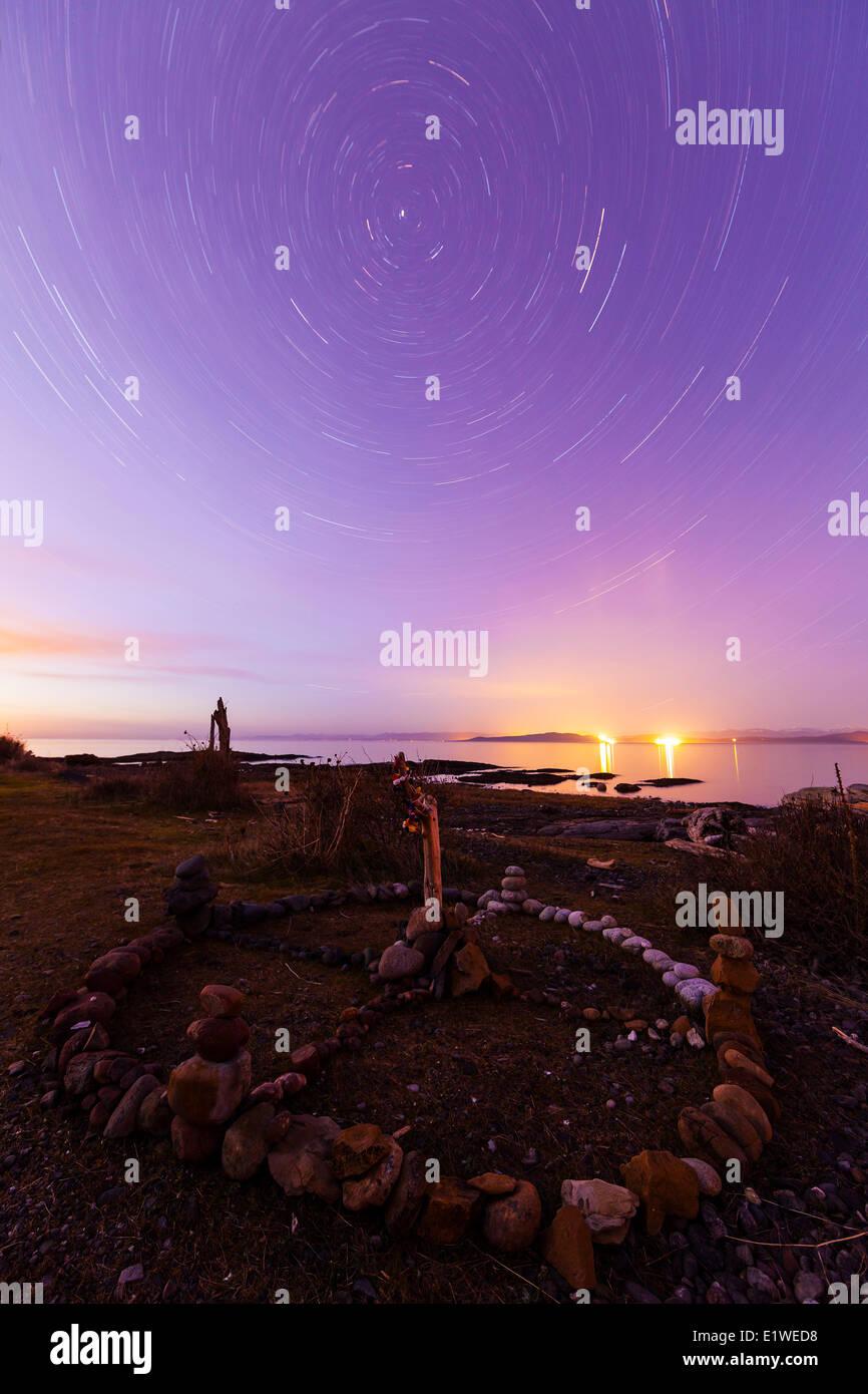 La luce ambiente tracce stellari delinea una ruota di medicina o cerchio sacro in Hornby isola. Hornby Isola del Immagini Stock