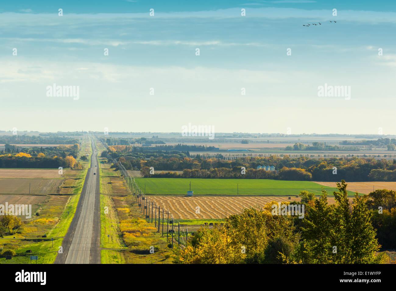 Autostrada e campi di agricoltura, Thompson, Manitoba, Canada Immagini Stock
