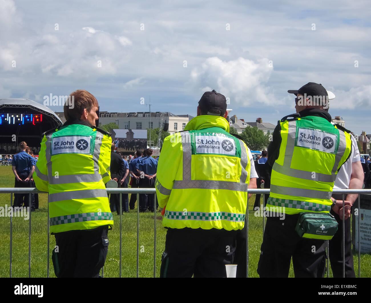 Una vista posteriore dei membri della St Johns Ambulance indossa giacche ad alta visibilità Immagini Stock