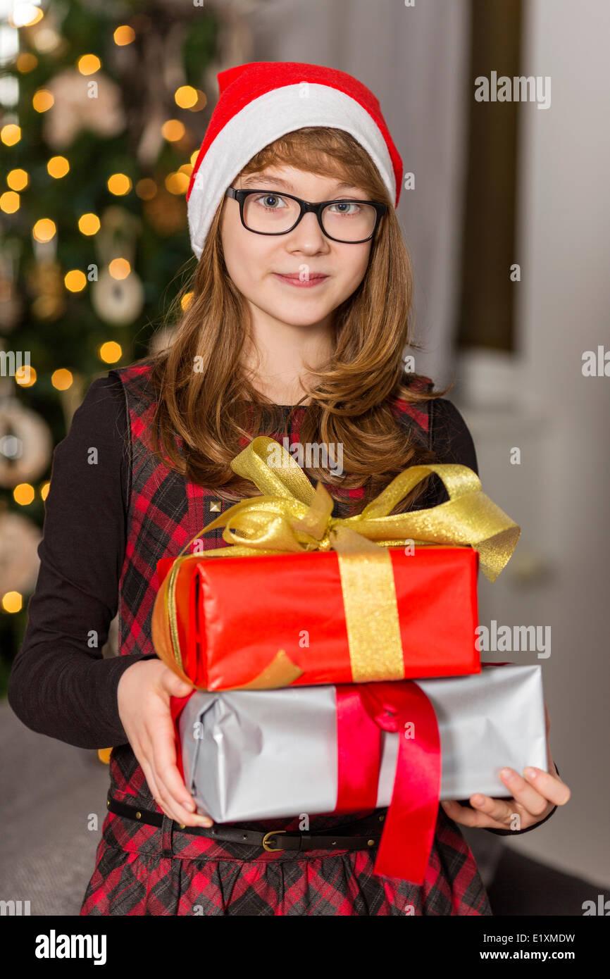 Regali Di Natale Ragazza.Ritratto Di Ragazza Adolescente Holding Pila Di Regali Di Natale