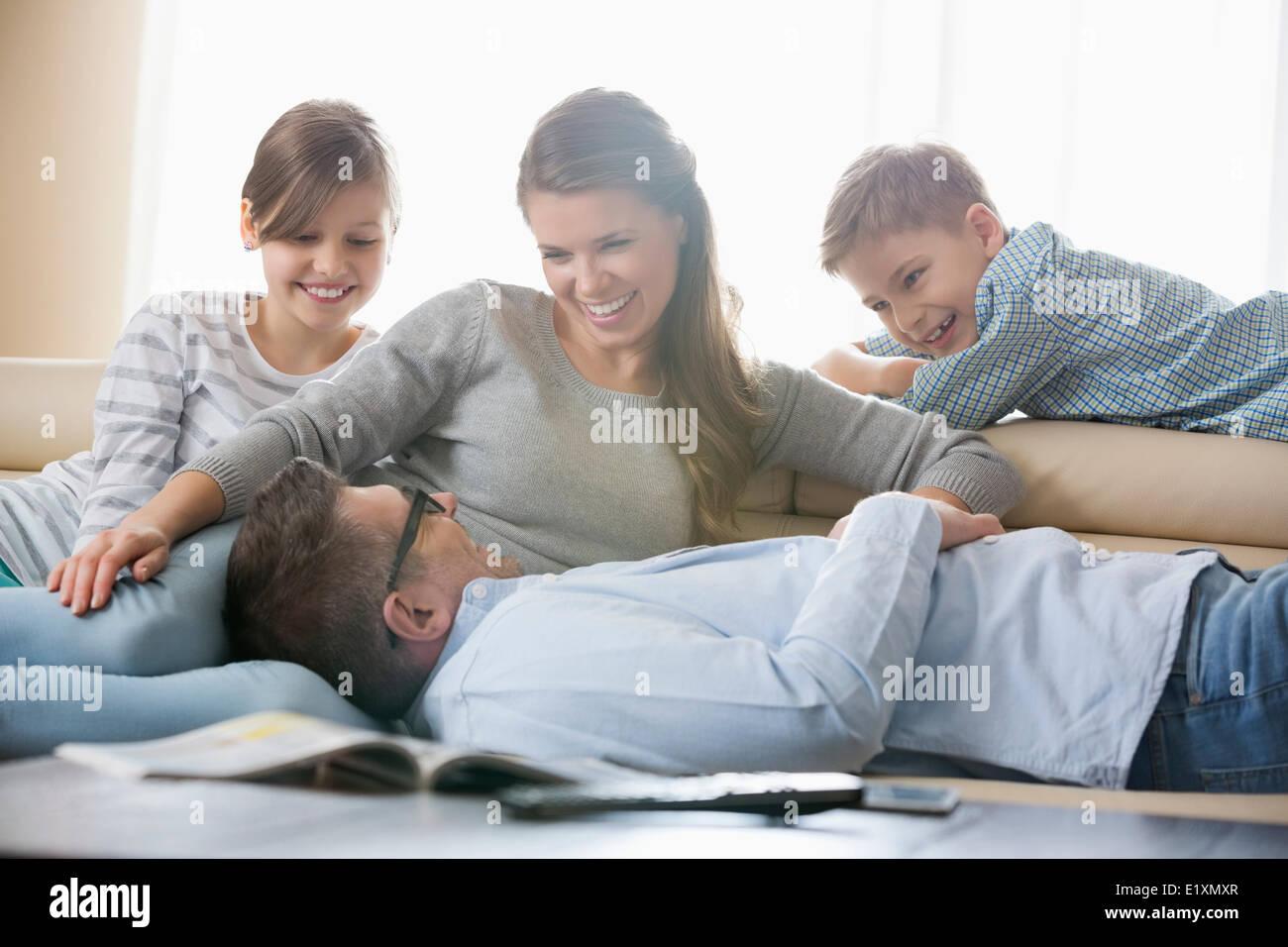 La famiglia felice in salotto Immagini Stock