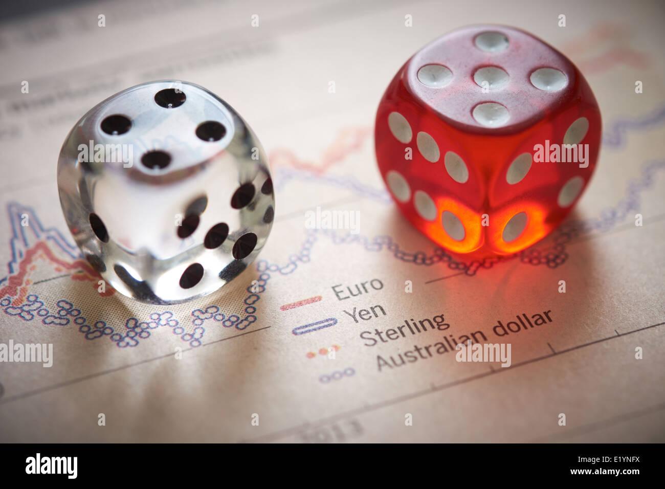 Currency Trading. Dado colorato sulla parte superiore della sezione finanziaria di un giornale. Immagini Stock