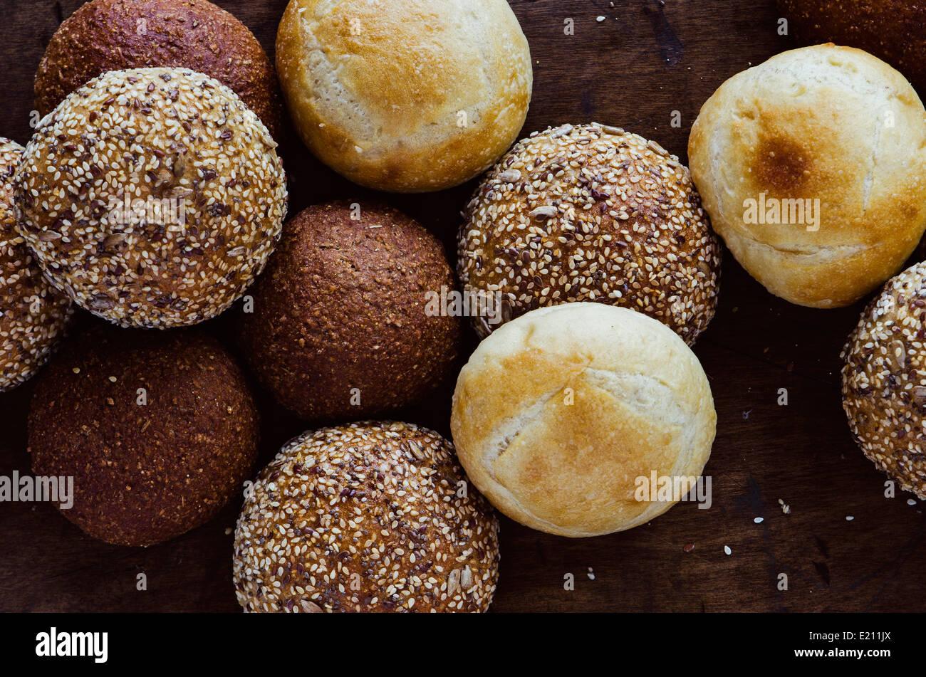 Un assortimento di pane artigianale rotoli Immagini Stock