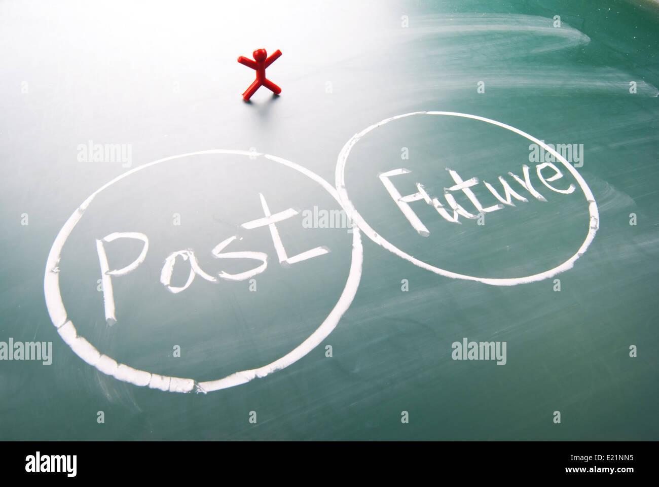 Un uomo tra passato e futuro. Immagini Stock