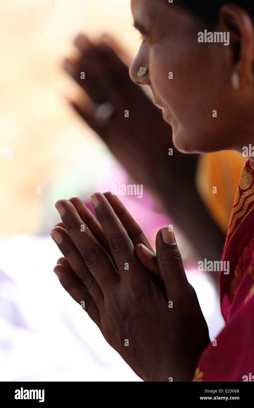 Donna indiana nella preghiera Andhra Pradesh in India Immagini Stock