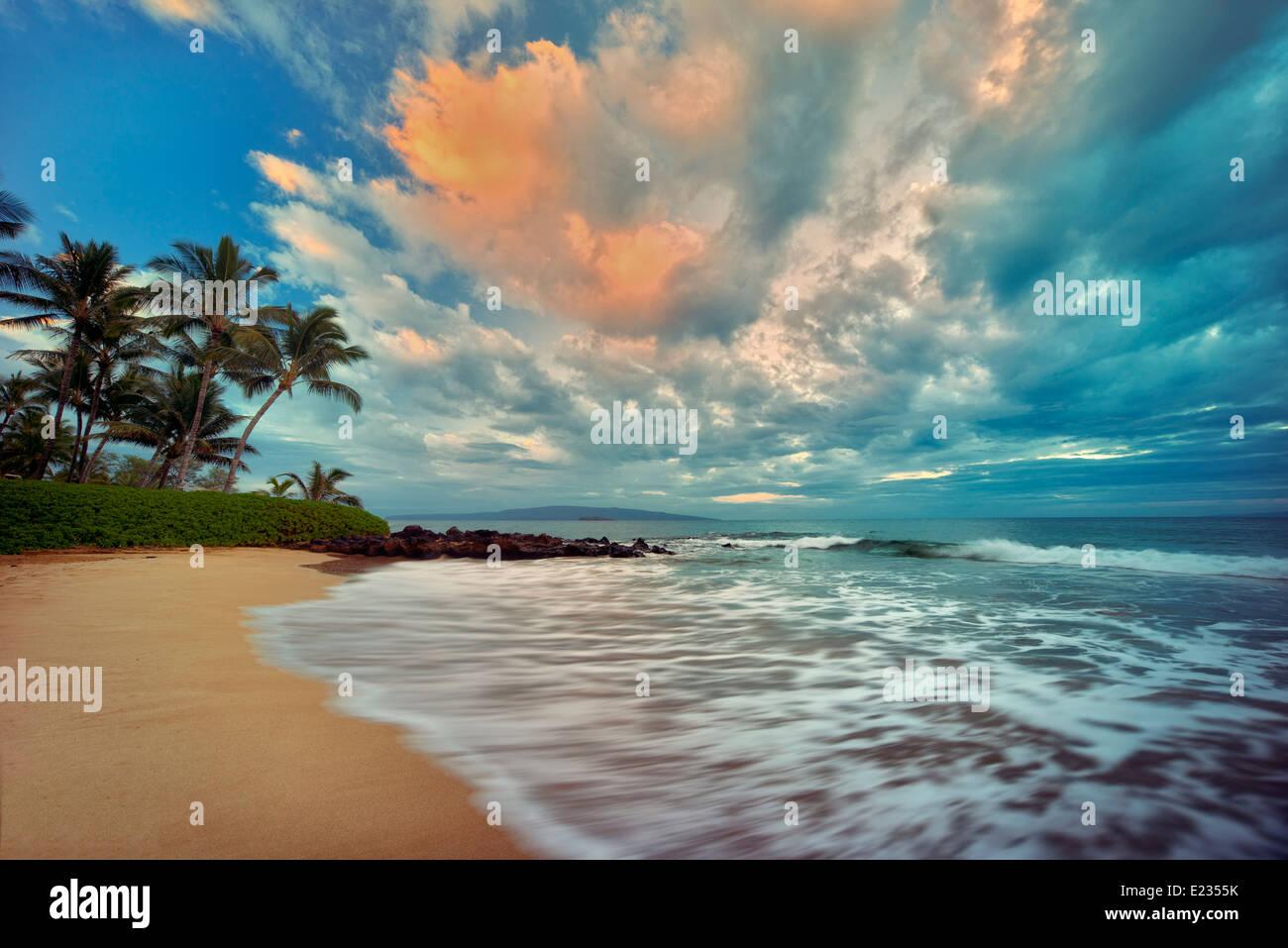 Sunrise le onde del mare e palme sulla spiaggia. Maui, Hawaii Immagini Stock