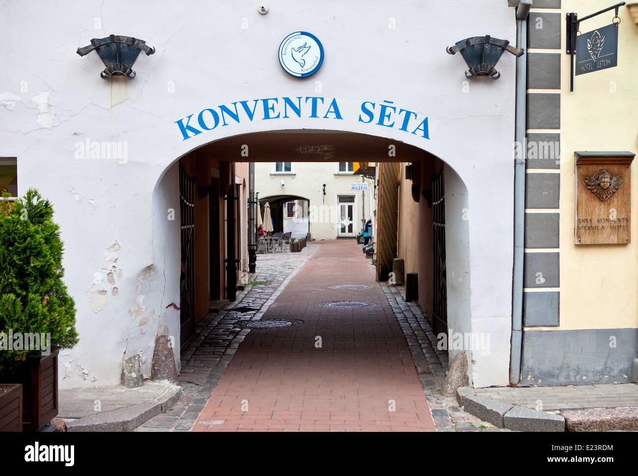 Il portone che conduce il Covent cantiere nella Citta' Vecchia di Riga, Lettonia. Immagini Stock