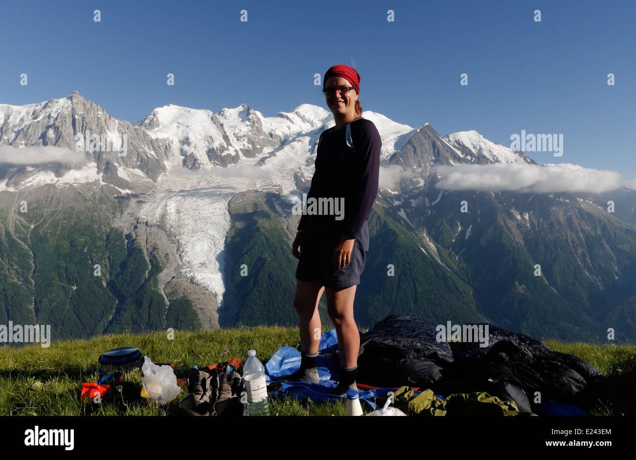 Una signora a un wild camp su le Brevent nelle Alpi francesi con il massiccio del Monte Bianco al di là Immagini Stock