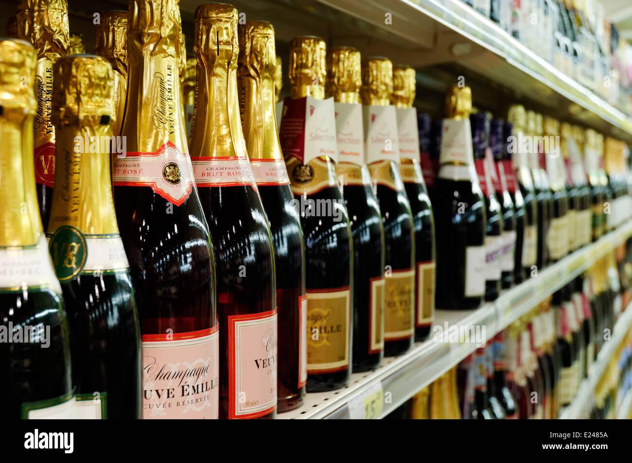 Bottiglie di Champagne sugli scaffali di un supermercato in Francia Immagini Stock
